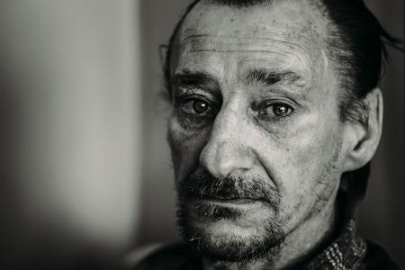 persona triste: Retrato de graves triste Viejo Adulto expresivo Hombre Con Barba Mirando a la cámara. Blanco y negro, blanco y negro Foto Foto de archivo