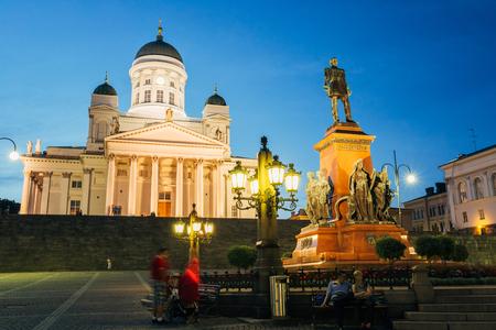 HELSINKI, FINL�NDIA - 27 julho de 2014 Marco famoso em capital finlandesa Senate Square com Lutheran catedral e monumento ao imperador russo Alexander II na noite de ver�o Editorial