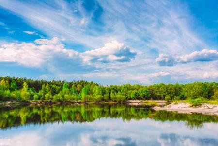 夏の森と青い空の下川。河川水の自然景観