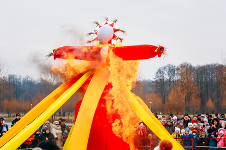 slavs: Burning effigies straw Maslenitsa in fire on the traditional holiday dedicated to the approach of spring - Slavic celebration Shrovetide. Stock Photo