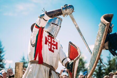 mediaval: Minsk, Bielorrusia - 19 de julio 2014: restauraci�n hist�rica de luchas caballerescas en el festival de la cultura medieval