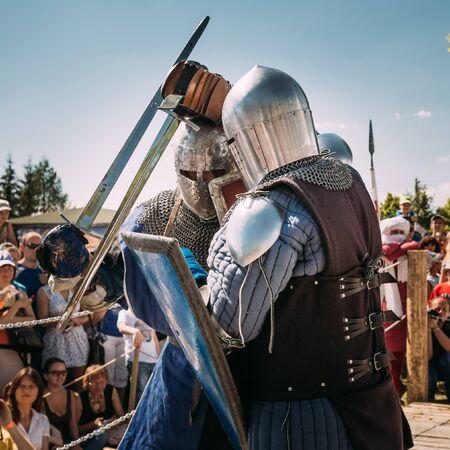 espadas medievales: Minsk, Bielorrusia - 19 de julio 2014: restauraci�n hist�rica de luchas caballerescas en el festival de la cultura medieval