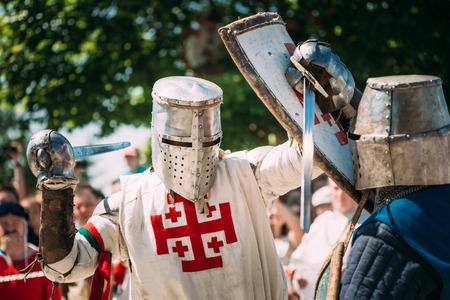 rycerz: Mińsk, Białoruś - 19 lipca 2014: Historyczne walk rycerskich przywrócenie na festiwalu kultury średniowiecznej
