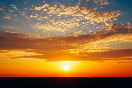 Primavera Campo Prato Strada sotto tramonto Raggi di sole all'alba o Alba. Tonica istantanea filtrata Foto