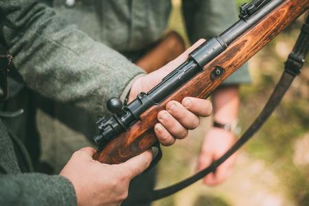 reenactor: No identificado re-enactor vestido como soldado alem�n. Condecoraci�n militar alemana en el uniforme de un soldado alem�n.