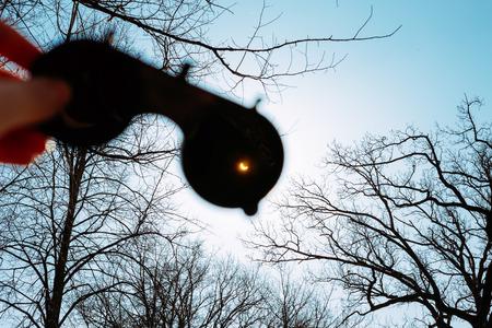 Real zonsverduistering Op 20 maart, 2015. Moon Covering Zon In gedeeltelijke zonsverduistering. Hand Die Een speciale veiligheidsbril met getinte glazen waardoor je kunt zien dat de Zonsverduistering