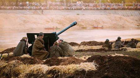 seconda guerra mondiale: MOGILEV, BIELORUSSIA - MAY 08, 2015: Ricostruzione della battaglia durante gli eventi dedicati al 70 ° anniversario della vittoria del popolo sovietico nella Grande Guerra Patriottica.