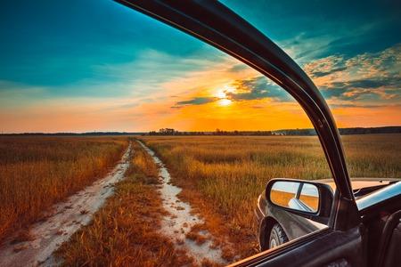 Vuile landelijke weg in de herfst daling gebied, weide, platteland. Uitzicht vanuit autoraam. Vrijheid en dromen begrip Stockfoto