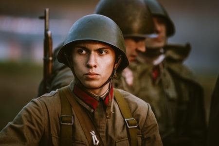 soldado: Mogilev, Belarus - MAYO 08, 2015: no identificados re-enactor vestido como soldado soviético durante los eventos dedicados al 70 aniversario de la victoria del pueblo soviético en la Gran Guerra Patria.
