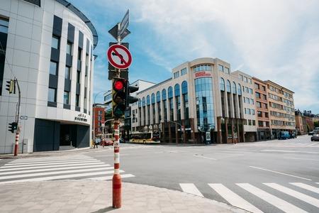 semaforo rojo: Luxemburgo, Luxemburgo - 17 de junio 2016: Los semáforos en la intersección Route d'Arlon en la ciudad Editorial