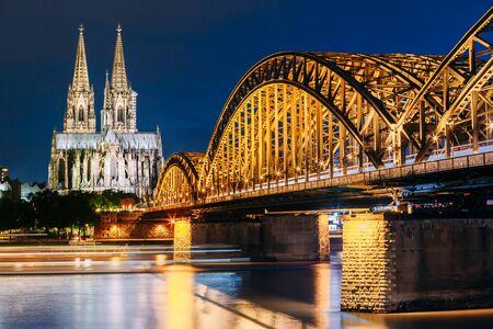 religion catolica: Vista nocturna de la catedral de Colonia y el puente Hohenzollern, Alemania
