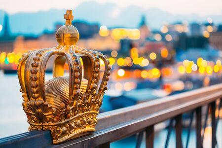 corona rey: Skeppsholmsbron - Puente Skeppsholm con su famoso Golden Crown En Estocolmo, Suecia Foto de archivo