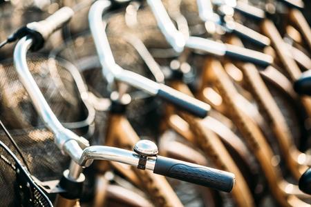 bicicleta: Fila de la ciudad aparcado bicicletas bicicletas en alquiler en la acera. Aparcamiento para Bicicleta En Ciudad Europea