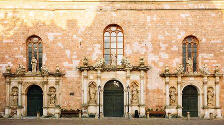 iglesia: Fachada de la iglesia de San Pedro. Es una iglesia luterana en Riga, capital de Letonia, dedicada a San Pedro. Es una iglesia parroquial de la Iglesia Evangélica Luterana de Letonia.