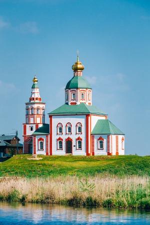 iglesia: Iglesia de El�as el profeta - El�as Iglesia - iglesia en Suzdal, Rusia. Construido en 1744. Anillo de Oro de Rusia. Iglesia en la orilla del r�o Kamenka. Foto de archivo