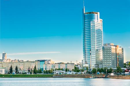 MINSK, BELARUS - 18 mai 2015: Centre d'affaires Royal Plaza -Skyscraper sur l'avenue Pobediteley dans le district de Nemiga à Minsk, en Biélorussie