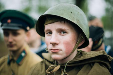 wojenne: Mohylew, Białoruś - maja 08, 2015: Niezidentyfikowany ponownego enactor przebrany za żołnierza radzieckiego w czasie imprez poświęconych 70. rocznicy wyzwolenia Białorusi z hitlerowskim najeźdźcą i zwycięstwa narodu radzieckiego w Wielkiej Wojnie Ojczyźnianej.