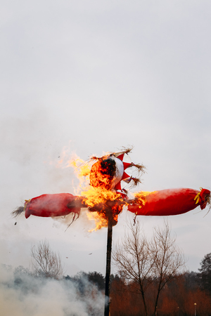 maslenitsa: Burning effigies straw Maslenitsa in fire on the traditional holiday dedicated to the approach of spring - Slavic celebration Shrovetide. Stock Photo