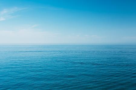 cielo y mar: Calma Océano Mar y cielo azul de fondo