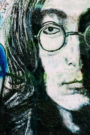Praag, Tsjechië - 10 oktober 2014: Beroemde plaats in Praag - De John Lennon Wall. Wand is gevuld met John Lennon geïnspireerde graffiti en lyrische gedichten van Beatles songs