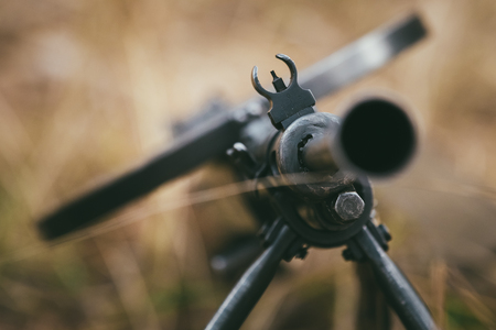 wojenne: ZSRR rosyjska amunicja wojskowa - karabin maszynowy z II wojny światowej na ziemi.