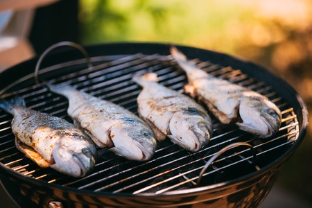 besugo pescado frito Cerda-pista en la parrilla al aire libre. Cocina española