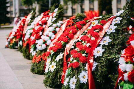 Ghirlande e fiori si trovano su un fossa comune di soldati sovietici caduti durante la liberazione di Gomel e la Bielorussia dagli invasori tedeschi nella seconda guerra mondiale.