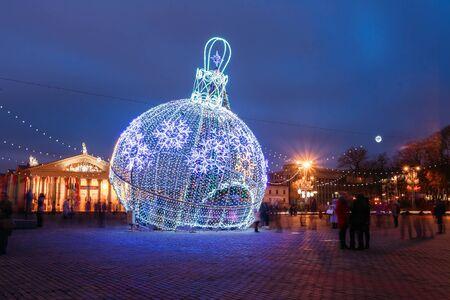 adornos navidad: iluminaciones de Navidad de la ciudad como una gran bola de decoraciones de Navidad en la ciudad Oktyabrskaya Square en el centro de Minsk, Bielorrusia