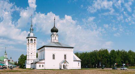 resurrecci�n: SUZDAL, Rusia - 22 de mayo de 2015: Panorama de la Iglesia de la Resurrecci�n en la plaza del mercado o de la Iglesia Resurrecci�n - antigua iglesia en la plaza principal junto a la galer�a comercial Suzdal, construido en 1720. Rusia
