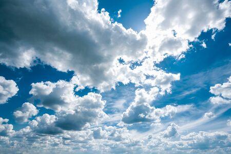 Ensoleillé Ciel menaçant, Bleu clair et blanc.
