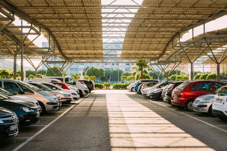 Fuengirola, Spanje - 24 juni 2015: Auto's op een parkeerplaats in het zonnige zomerdag