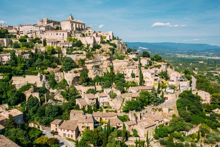 gordes: Beautiful scenic view of medieval hilltop village of Gordes in Provence, France