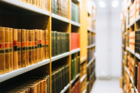 Vage Achtergrond van oude boeken op Rekken In Bibliotheek