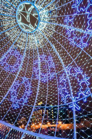 adornos navidad: Minsk, Bielorrusia - 19 diciembre 2015: Ciudad iluminaciones de Navidad como una gran bola decoraciones de Navidad en la ciudad Oktyabrskaya Square en el centro de Minsk, Bielorrusia