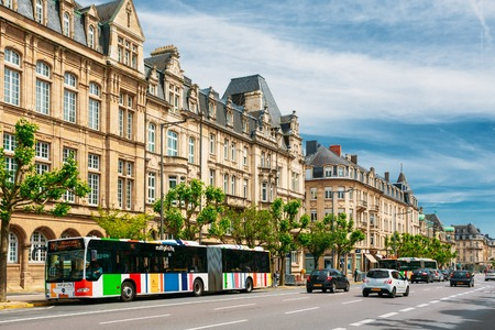 LUXEMBOURG, LUXEMBOURG - JUNE 17, 2015: High Authority of the European Coal and Steel Community. Traffic on street in summer sunny day 新聞圖片