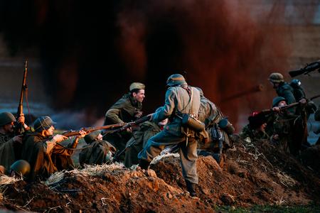 seconda guerra mondiale: Mogilev, Bielorussia - 8 maggio 2015: Ricostruzione della battaglia durante gli eventi dedicati al 70 ° anniversario della vittoria del popolo sovietico nella Grande Guerra Patriottica. Editoriali