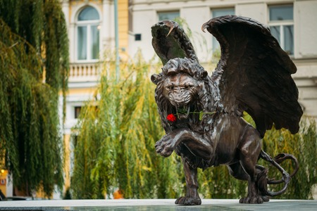 leon con alas: Praga, República Checa - 10 de octubre 2014: León con alas Memorial en Praga República Checa. Monumento es la expresión de la duración de la gratitud de la comunidad británica de 2500 aviadores checoslovacos que sirvieron con la RAF entre 1940-1945 por la libertad de Europa. Editorial