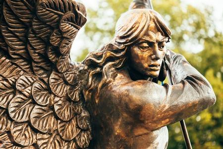 Gros plan, détail, de, statue, archange, michael, à, étendu, ailes, poussée, lance, dans, dragon, avant, catholique