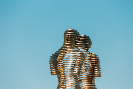 76883973d1dc9c ... Georgia - 25 mei 2016: Een bewegend metalen beeld gemaakt door  Georgische beeldhouwer Tamara Kvesitadze in 2007, getiteld Man en vrouw of  Ali en Nino.