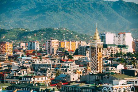 Vista del paesaggio urbano della località di soggiorno georgiana di Batumi. Diverse case colorate al tramonto Tempo serale. Architettura urbana a Batumi, Adjara Georgia