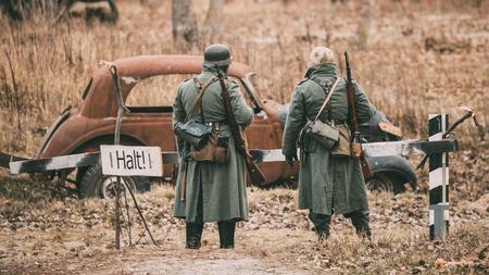 seconda guerra mondiale: Non identificati rievocatori vestiti come tedesco fanteria Wehrmacht così Archivio Fotografico