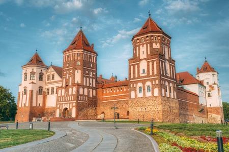 Mir, Bielorussia. Complesso del castello di Mir su fondo soleggiato blu del cielo di tramonto Archivio Fotografico - 76440397