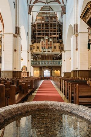 pila bautismal: Riga, Letonia. Fuente bautismal y viejo órgano en el Dom Dom de Riga