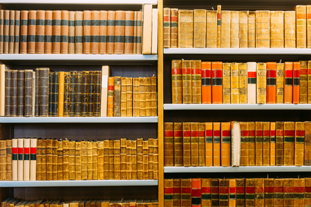Aged Ancient Antique Old Vintage Books On A Shelfs In Library Zdjęcie Seryjne