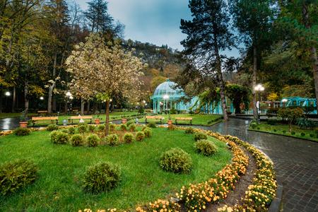 Borjomi, Samtskhe-Javakheti, Georgia. Hete lente van Borjomi mineraalwater Stockfoto