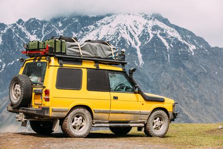 조지아에서 봄 산 풍경에도 [NULL]에 SUV 자동차. 드라이브 스톡 콘텐츠
