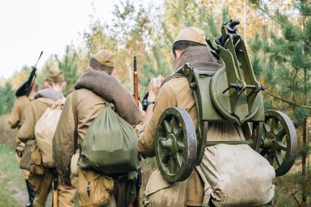 Hommes déguisés en soldats d'infanterie de l'armée rouge soviétique russe de la seconde guerre mondiale