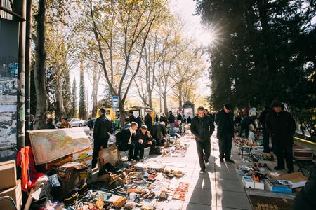 Tbilisi, Georgië - 29 oktober 2016: Winkel vlooienmarkt van antiek oude Retro Vintage dingen op droge brug. Swap Meet In Tbilisi.