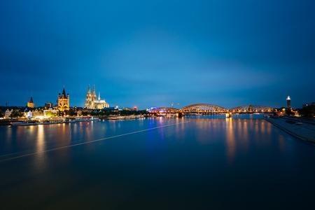 Nachtmening van de Kathedraal van Keulen en Hohenzollern-Brug, Duitsland Stockfoto