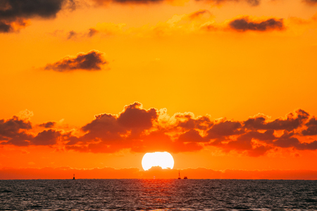 Sundown Over Sea Horizon At Sunset. Natural Sunrise Sky Warm Colors Archivio Fotografico